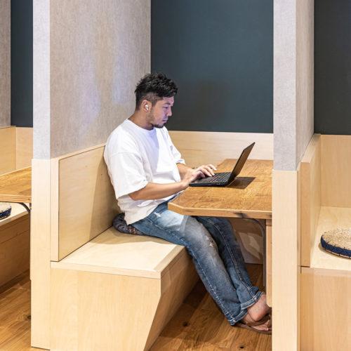 秘匿性の高い作業等向けに、半個室のボックス席もございます。